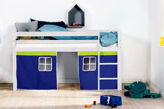 De witte halfhoogslaper met blauwe bedtent van Thuka Hit past goed in elke kinder slaapkamer.