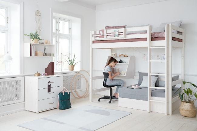Flexa Classic hoogslaper met bureau en slaapbank. De hoogslaper heeft een rechte ladder en een uitvalsbeveiling. De kussenset voor de loungehoek kunt u er los bij bestellen.