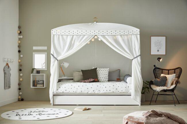 Meiden zijn gek op dit whitewash hemelbed van Lifetime. Dit Lifetime hemelbed staat dan ook prachtig in een romantische meisjeskamer met witte meubeltjes.