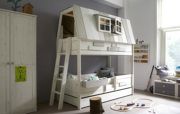 Dit Lifetime Hangout bed is een whitewash kinderbed met een avontuurlijk speelruimte bovenin.