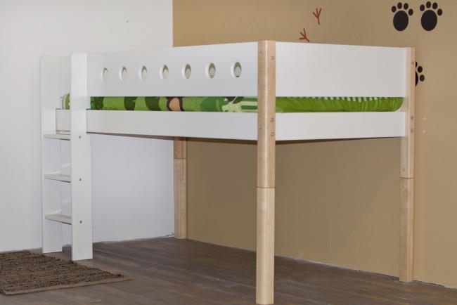 Flexa verhogingsset halfhoogslaper, bestaande uit berken bedpoten (halfhoog) en een schuine trap.