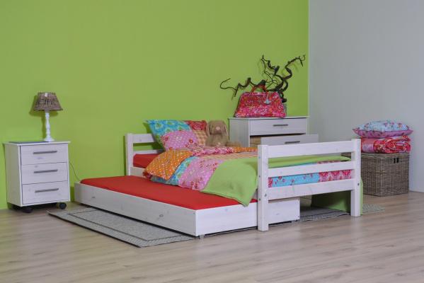 Kinderbed met slaaplade uit de Thuka Hit / Flexa Basic serie. De whitewash afwerking geeft het bed een stoere look.